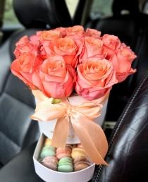 """Rožių dėžutė su macaroons sausainiukais - """"Mirinda"""""""