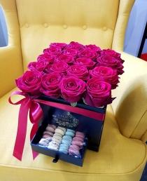 """Rožių dėžutė su macaroons sausainiukais """"Katrina"""""""