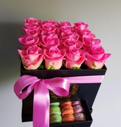 """Rožių dėžutė su macaroons sausainiukais """"Eva"""""""