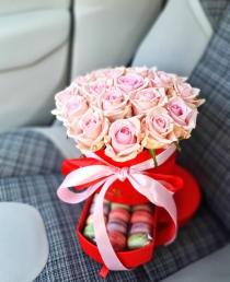 """Rožių dėžutė su macaroons sausainiukais """"Kloe"""""""
