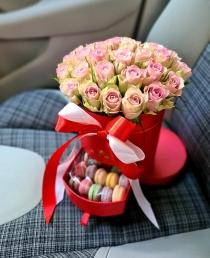 """Rožių dėžutė su macaroons sausainiukais """"Luvia"""""""
