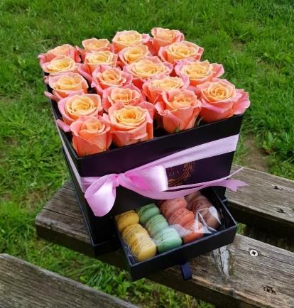 """Rožių dėžutė su macaroons sausainiukais """"Meloina"""""""