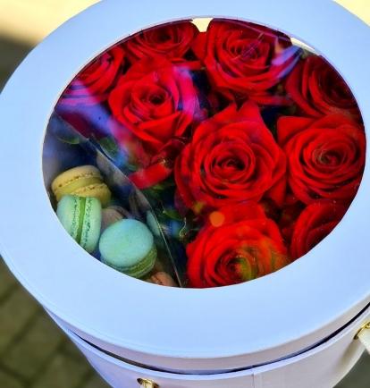 """Rožių dėžutė su macaroons sausainiukais """"Milginta"""""""