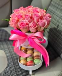 """Rožių dėžutė su macaroons sausainiukais """"Odeira"""""""