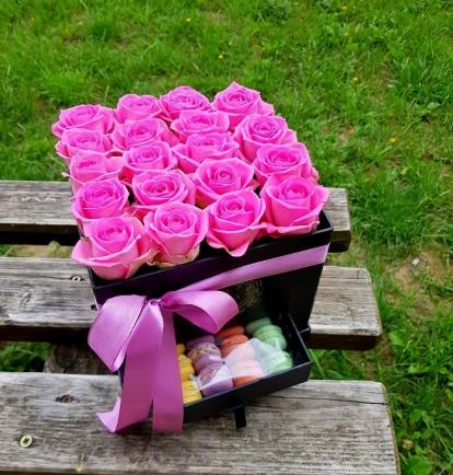 """Rožių dėžutė su macaroons sausainiukais """"Tibi"""""""